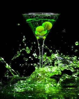 Зеленый разноцветный коктейль