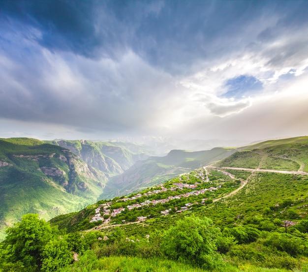 緑の山々のある風景
