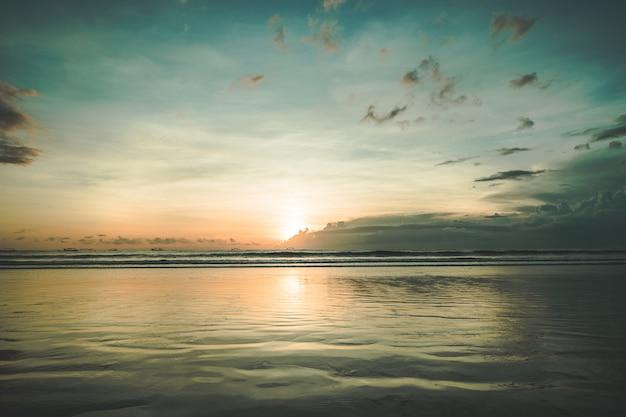 穏やかな水面に沈む夕日。アジア。