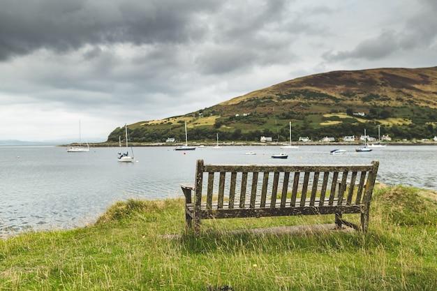 スコットランドの海岸のクローズアップベンチ。ベイビュー。