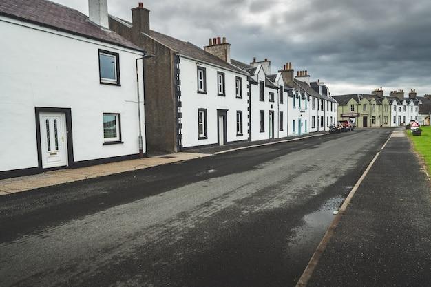 小さな町の狭い通り。北アイルランド。