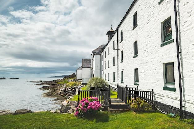 スコットランドの海岸にあるラフロイグ蒸留所の建物。