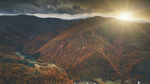 美しい秋の山の風景の空撮