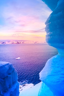 Голубая ледяная пещера