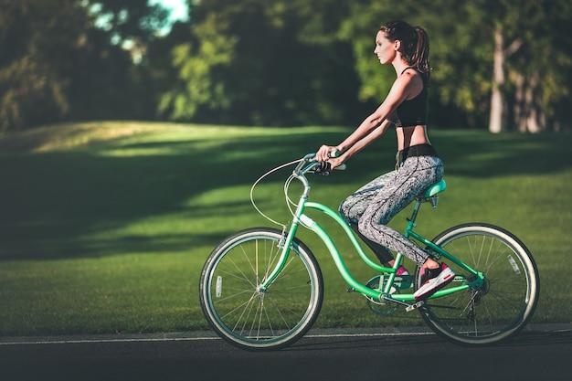 Девушка езда на велосипеде