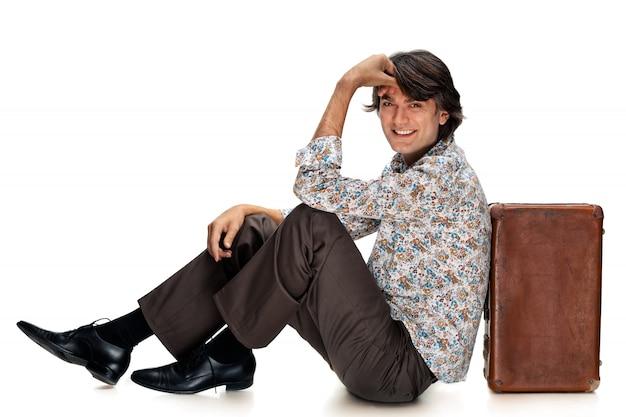 スーツケースを持つ男