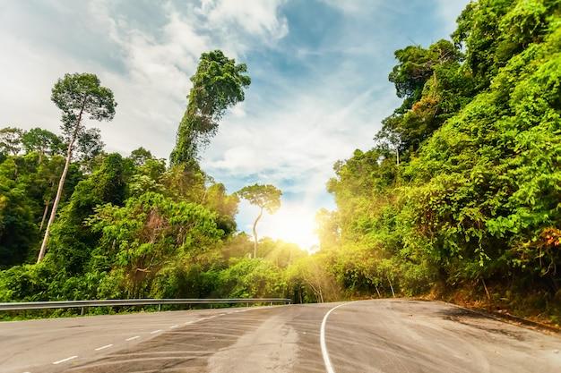 日没の田舎道