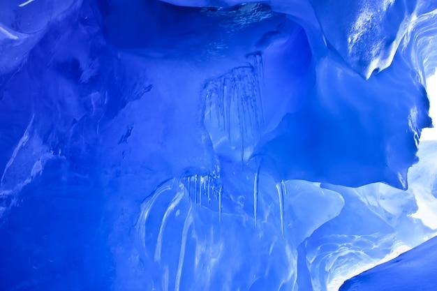 青い氷の洞窟