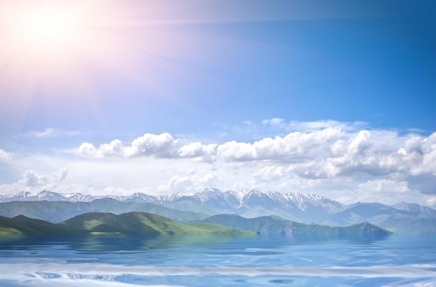 山、海、曇りの青い空