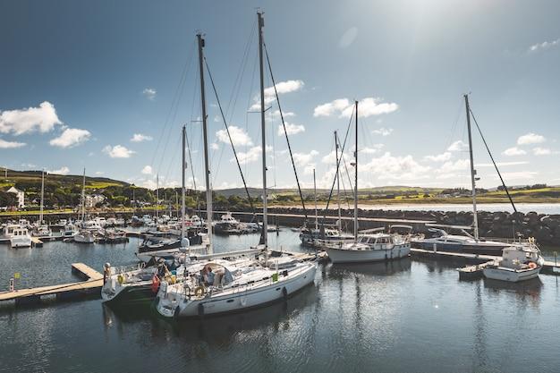 Многочисленные яхты на пирсе клуба северной ирландии
