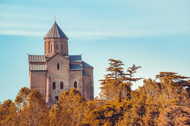 Древняя церковь среди осеннего леса. грузия.