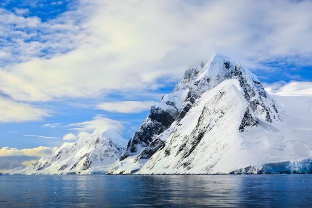雪をかぶった山々