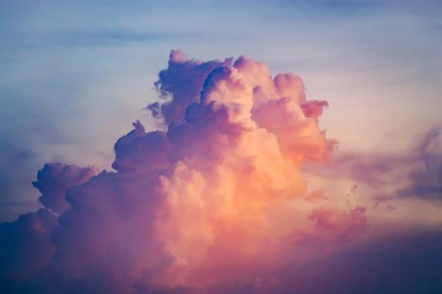 夕焼け空に上がるクローズアップのカラフルな雲。