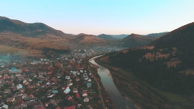 Хорошие городские здания вдоль синей реки в утреннем верхнем виде
