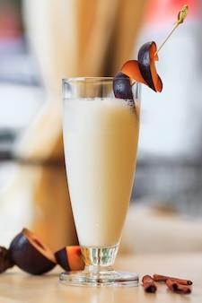 新鮮な梅のミルクセーキ