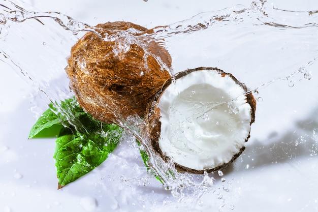 ひびの入ったココナッツと水