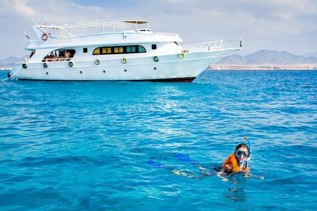 青い海で泳いでいる少女