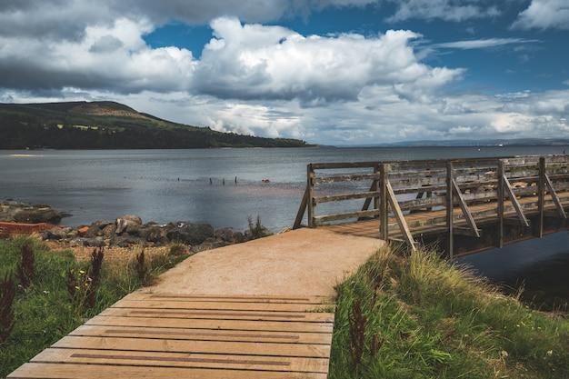 クローズアップの木製の桟橋。北アイルランド。