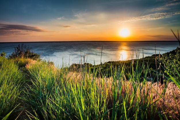 カラフルで劇的な夕焼け空の背景