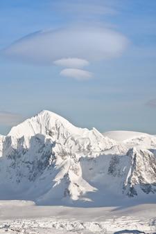 雪に覆われた峰