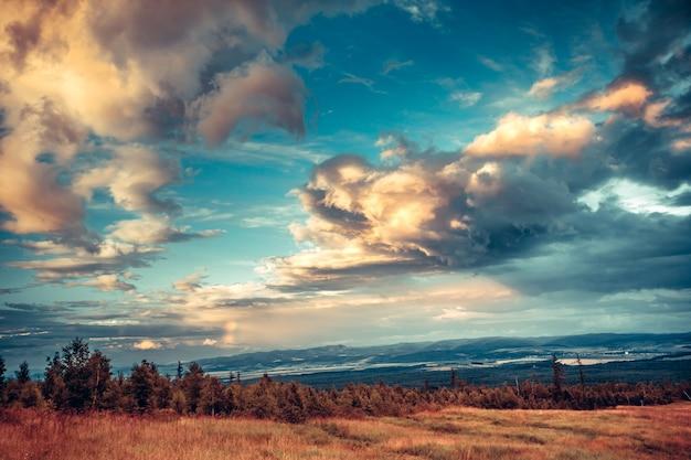 幻想的な明るくカラフルな空。タトラ。スロバキア。