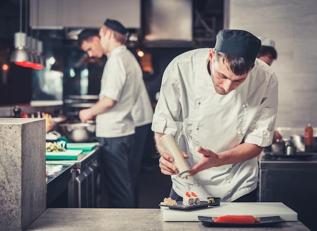 レストランのキッチンで寿司を準備