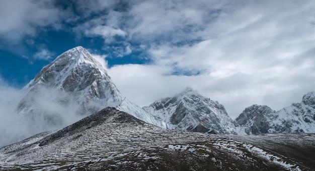 美しい雪をかぶった山々