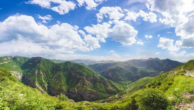 Пейзаж с горами и небом