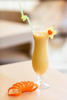 Молочный коктейль в стакане