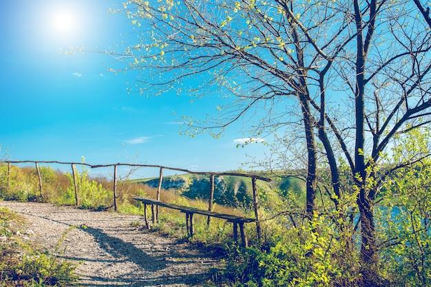 素朴なベンチのある田園地帯