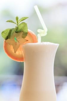 Молочный коктейль. концепция здорового питания