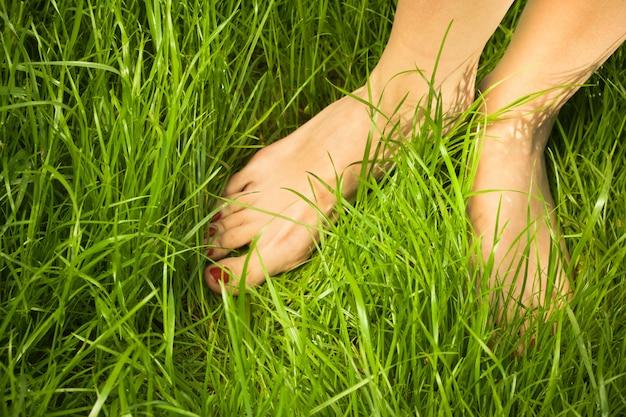 Босые ноги женщины