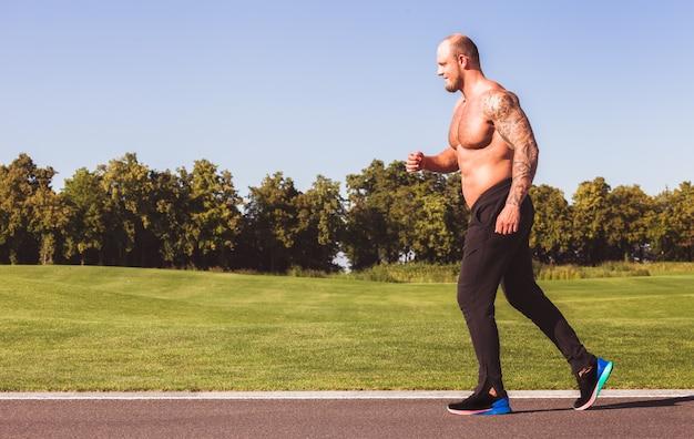 公園で走っている人