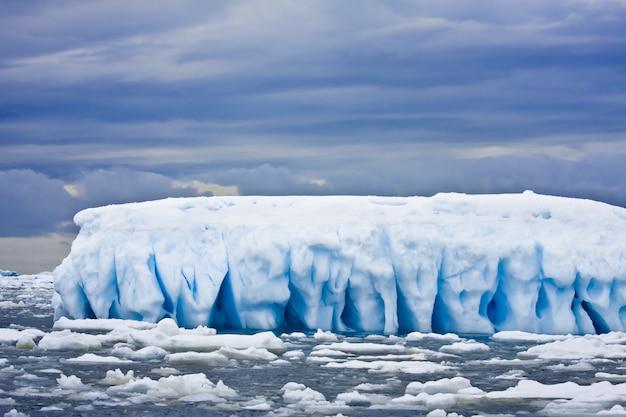 南極の氷山の風景