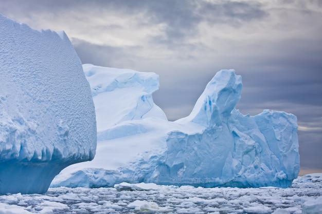 南極大陸の巨大な氷山