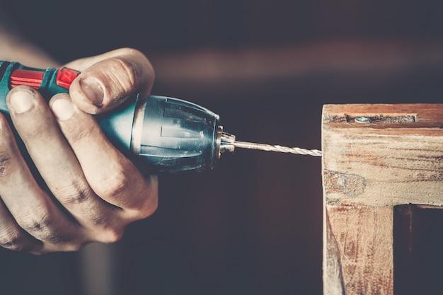 Мужской плотник на работе