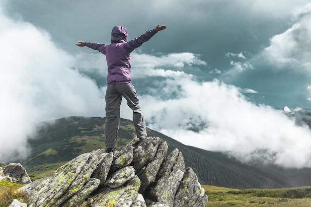 山の上に女性