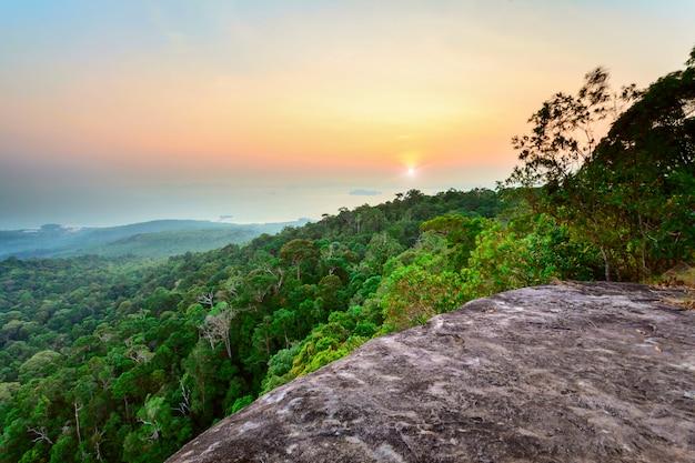 山と夕日の岩