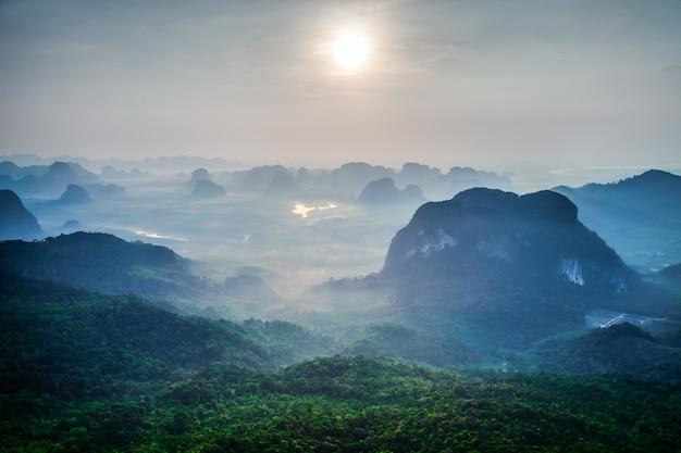 タイの緑の山々