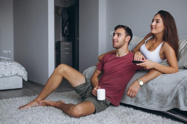 カップル見るテレビ