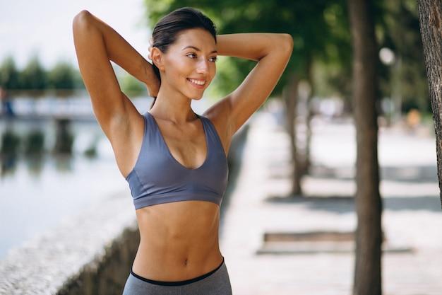 公園で運動するスポーティな女性