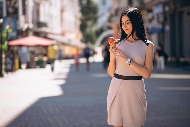 アイスクリームを食べる若い女性