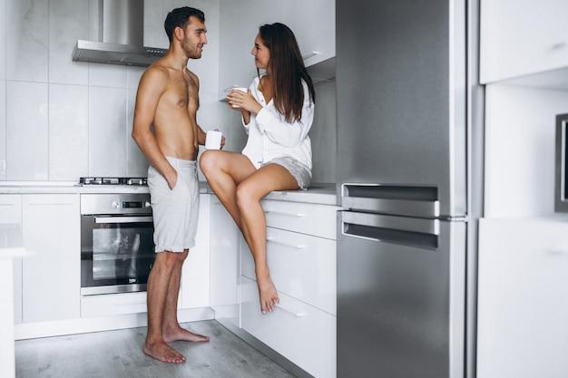 Пара на кухне пить кофе утром