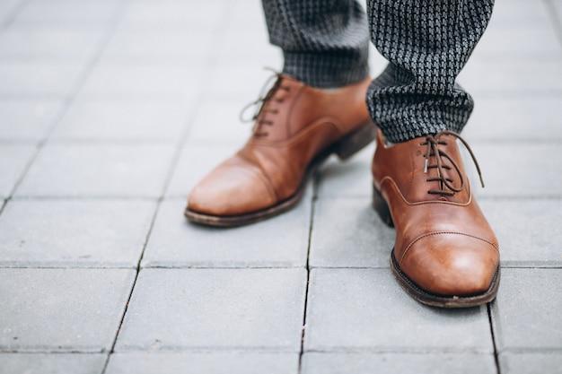 男性の茶色の靴が閉じる