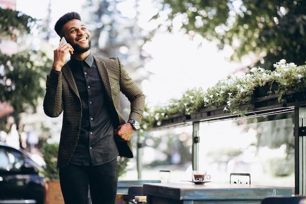 電話で話すアフリカ系アメリカ人のビジネスマン