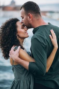 ベネチアの新婚旅行のカップル