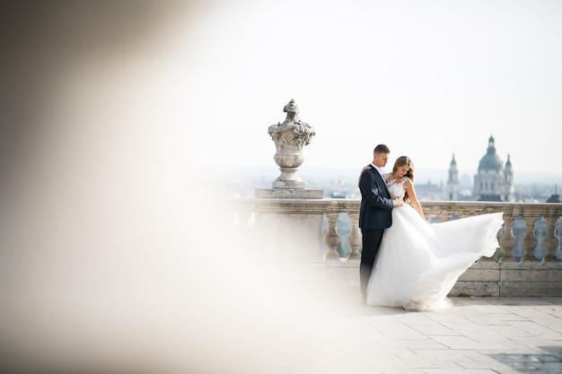 Свадебная пара в день их свадьбы в будапеште