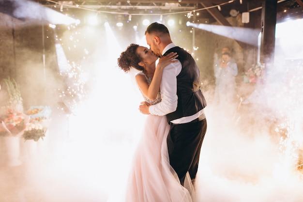 最初のダンスを踊っているウェディングカップル