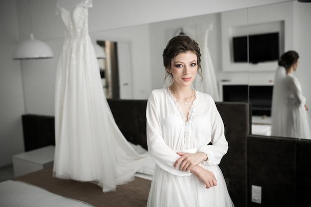彼女の結婚式の日の朝の準備の花嫁