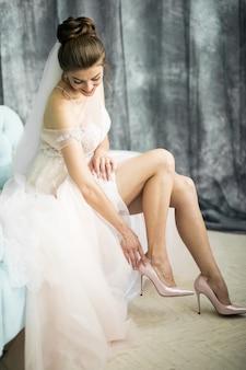 花嫁の朝、儀式のために準備する